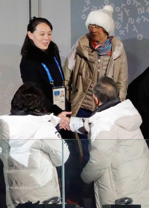 在平昌冬奧開幕禮上,文在寅與金與正握手,左為文在寅夫人金正淑。(路透社)