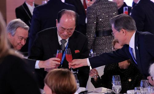 文在寅、金永南和聯合國秘書長古特雷斯在周五的歡迎晚宴上,3人相互敬酒。(路透社)