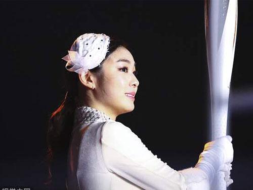 金妍兒打扮高貴,為冬奧點燃聖火。(互聯網)