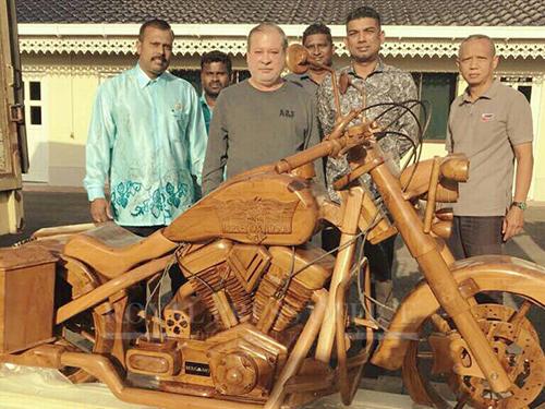 柔佛蘇丹依布拉欣(左2)獲印裔社群領袖贈送重達500公斤的哈雷戴維森木雕摩哆。