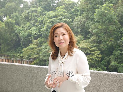 李晓芳(Jessie Lee),大马Soleil Trinity 专业命理咨询公司创办人,主要为民众提供塔罗牌、八字命理、手相、面相及风水择日的咨询服务。