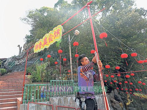 配合天師宮新春活動,美食坊開始掛起牌子和進行燈籠裝潢。