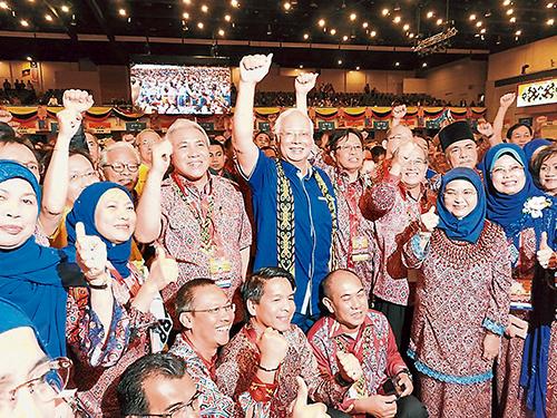 """納吉及阿邦佐哈里(左4起)同土保黨領袖齊喊""""國陣萬歲""""口號。"""