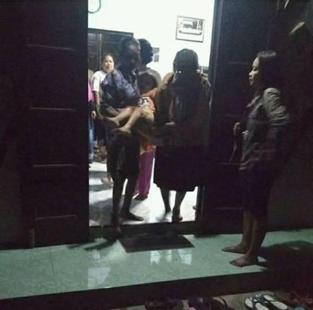 附近居民帶女童去醫院接受治療。