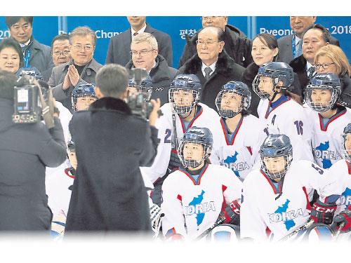韓國與朝鮮聯合組成的女子冰上鉤球隊隊員,周六與眾高官領袖合照。第3排左2起韓國總統文在寅、國際奧委會主席巴赫、國朝鮮最高人民會議常任委員會委員長金永南及金正恩的胞妹金與正。(歐新社)