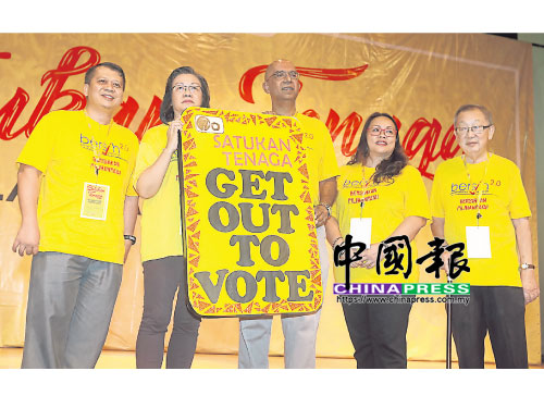 """瑪麗亞陳(左2)推介""""集合力量,打擊謊言""""運動,左起為沙魯阿曼、拉馬、貝弗麗及杜乾煥。"""
