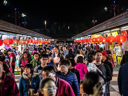 花蓮東大門夜市是遊客喜歡逛的熱門旅遊景點。