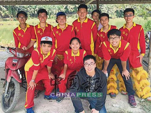 陳志安(戴白帽者)和老師、隊員在砂拉越民都魯籌款時留影。