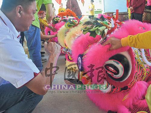 舞獅團成員為新瑞獅點睛,象征著給予舞獅生命。