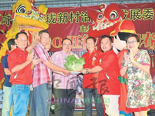 瑞獅呈祥遞交吉祥物給大會嘉賓,左起為陳帶喜、林國堅、蕭開文、吳永發、吳楗仲及劉佩珍。