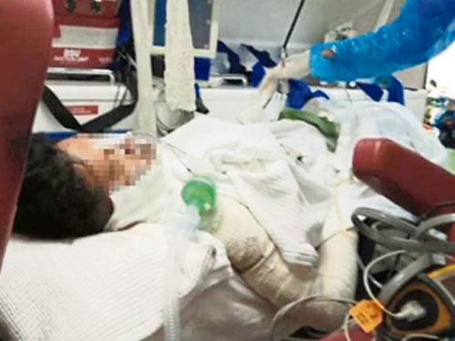 割喉自殺不遂的男子,被救護車送院急救。