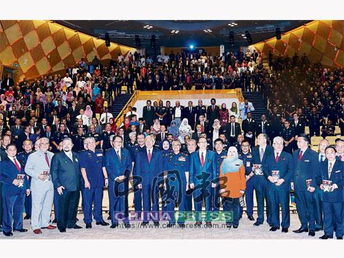 弗茲(中)與馬哈茲爾卡力(前排左6)在研討會結束后,與在場出席者合照。