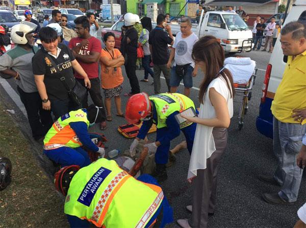 女醫生(白衣者)途經事發地點后,下車為傷者進行急救。