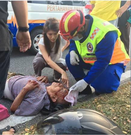 女醫生向到場的醫務人員指示傷者傷處。