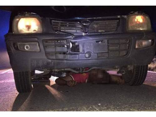 醉漢醉倒路面,遭轎車撞上卡在車底送命。