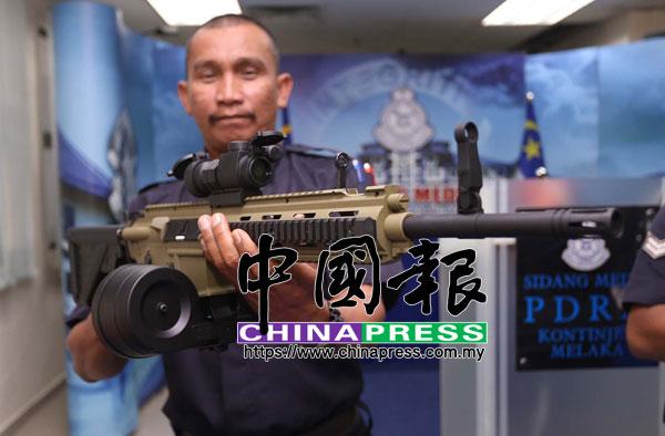 警員出示以假亂真的仿造狙擊步槍,其重量更與真槍相近。