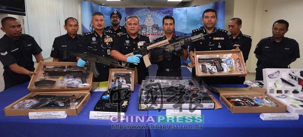 加里爾(排前左4)率領眾警員,展示警方起獲的仿造槍械。
