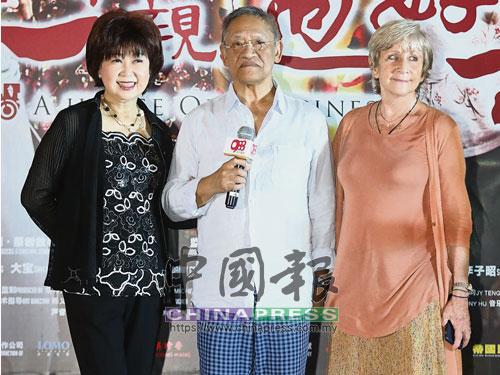 吳耀漢(中)牽著兩位老婆朱咪咪(左)及蘇珊走紅地毯。