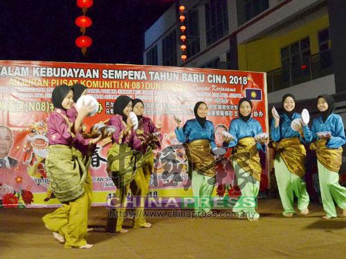 馬口拿督曼梳中學的友族學生呈獻馬來舞。