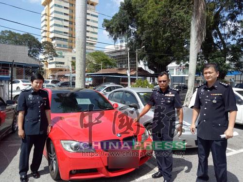 周自立(右)與諾哈妮(左起)陪同查哈魯丁,檢查警員起獲的簇新轎車。