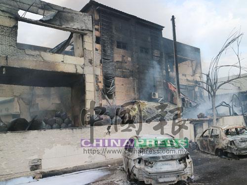 泊在燃油化學批發廠前的轎車被燒成廢鐵。