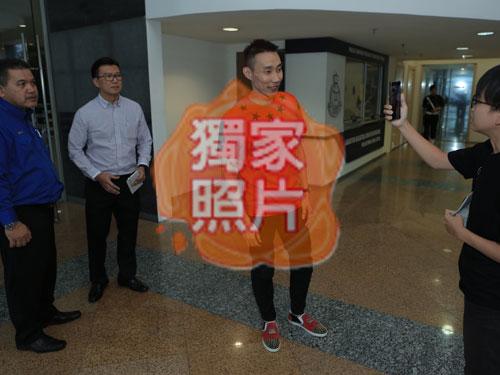 李宗偉(中)從容面對記者訪問,神情輕鬆。