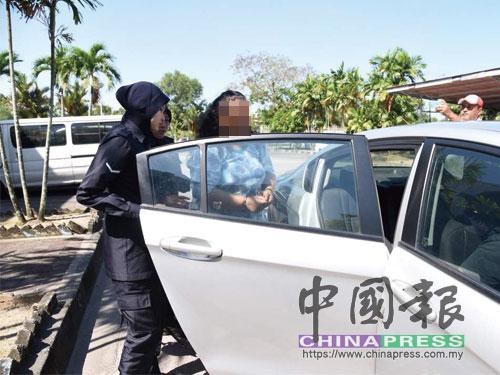 女嫌犯最後乘坐召來的警察車離開法庭。