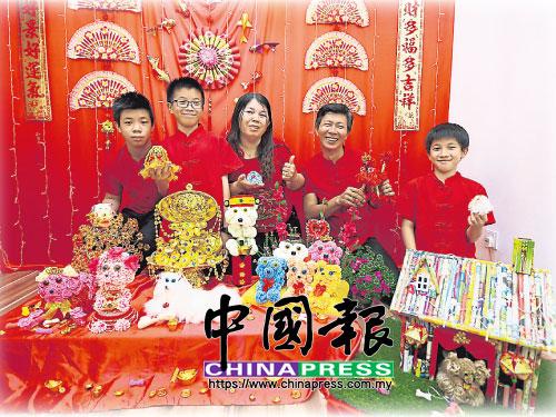 羅萬達(右2起)和張漢雲一家5口,左起為長子勇威、次子勇晟和幼子勇恩,開心迎新春。