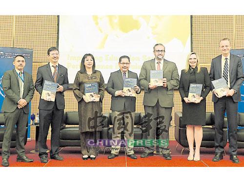 """蘇萊曼(中)推介世行集團發布的""""馬來西亞提升教育領域表現報告"""";右起是拉斯遜德嘉德、嘉娜,以及法利斯,左3為卡蒂佳。"""
