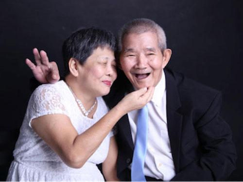 77歲的張先生和66歲的洪女士在安老院通過唱卡拉OK認識後,在去年4月結為夫婦。(取自護聯中心面簿)
