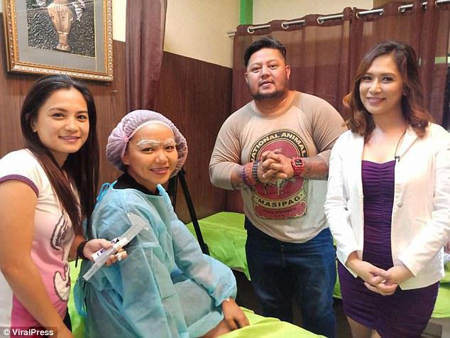 吉妮拉(左2)到美容院繡眉。