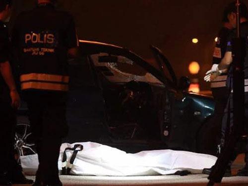 死者屍體被包裹在車旁,旁為警方在轎車尋找線索。(照片取自網絡)