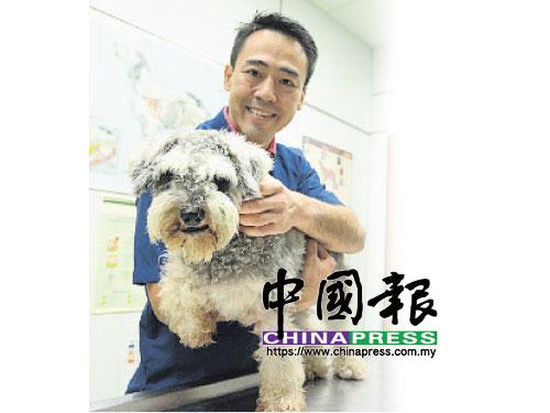 Dr Goh與雪納瑞犬Ninja同樣友善親切,笑容可掬。