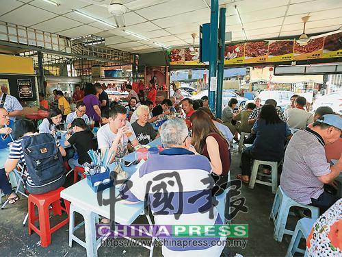 安邦为食街在年初二如常开业的食肆门庭若市。