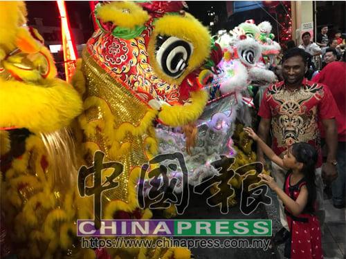 Salim Restoran的印裔老闆,每年初二都舉行舞獅採青表演,與各族朋友歡度新春。