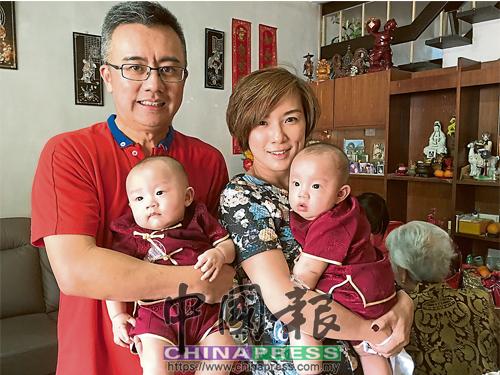 翠玲(右)希望,能把中華傳統文化傳承給孩子們。