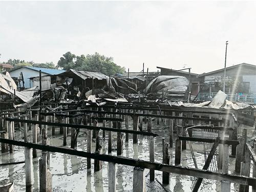 被大火蹂躪后,海南村被燒燬的住家形同廢墟。