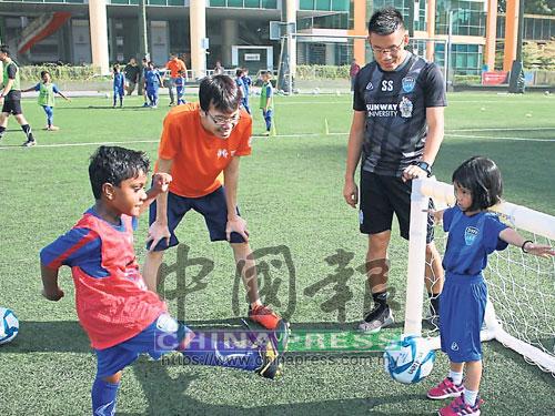 蕭天恩(右2)創立夢想之村足球學院,旨在讓孩童享受踢球的樂趣。