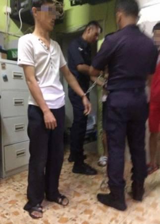 嫌犯的雙手被警員鎖上。(照片取自面子書)