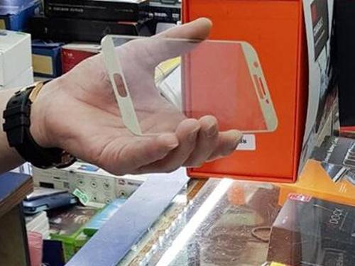 老闆白先生出示售賣的手機膜。(《新明日報》檔案照)