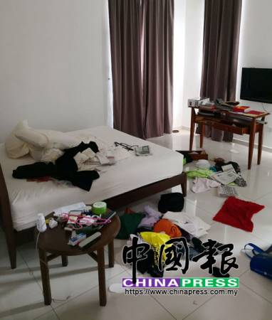 睡房被搜索得一片凌亂。