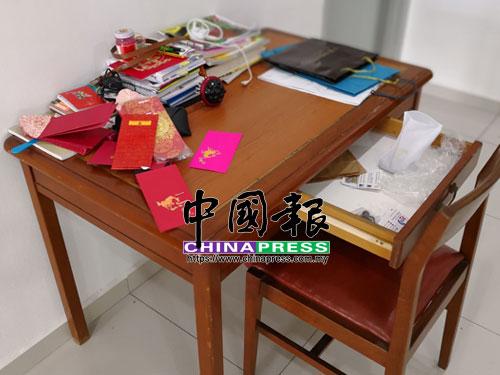 住家內抽屜全被搜索,財物被竊走。