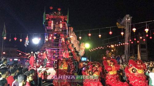 一龍四獅登上高空天公桌拜天公,挑戰高難度表演,吸引民眾眼球。