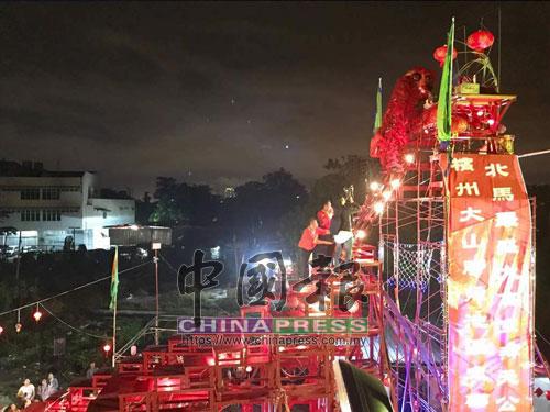 舞獅登上天公桌的最高處膜拜天公,祈求國泰民安。