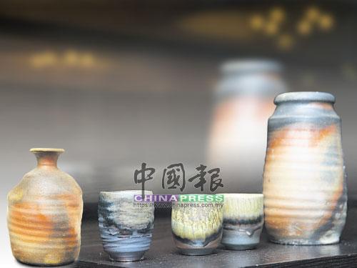 左一:在窯裡自然產生的釉色,不僅獨一無二,樸拙的質感也彰顯柴燒的獨有性。 中&右:陶器上的精緻紋路與豐富色澤,真實記錄燒窯內溫度高低、火焰長短及走勢、落灰律動的歷程。