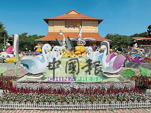 佛光山東禪寺的平安燈會及花藝活動,至今已吸引逾50萬人前往。
