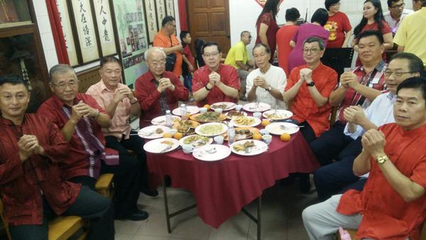 林峰成(左3起)、林玉唐、林冠英、林宗逸、林福山和眾嘉賓,向檳城林氏溪東公會宗親拜年。