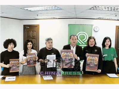 羅興強(右3)呼吁民眾踴躍出席,檳州政府主辦的慶元宵慶典。左起為陳沚萱、黃娉薇、程道偉、張君儀和林茗萱。
