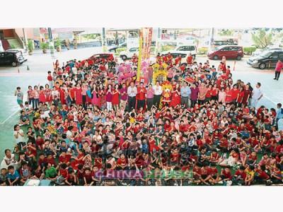 芙蓉振華小學全體董家協成員和學生們恭祝各界新年快樂。