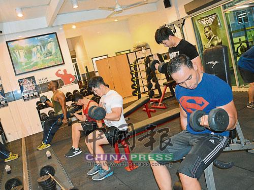 莫善雄(左2)帶領數名男生一起健身。